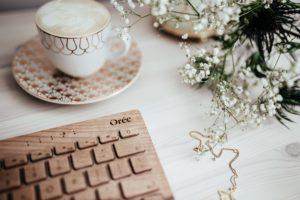 kaboompics Wooden keyboard coffee and golden jewellery 1 300x200 - Jak się to wszystko zaczęło?