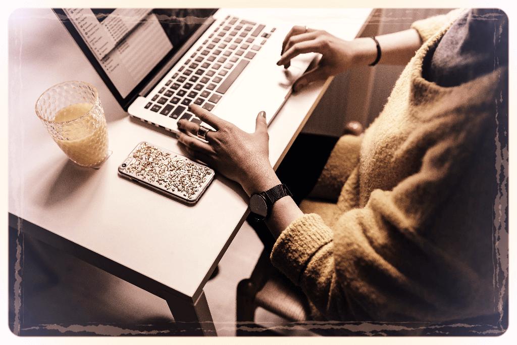 Wirtualna Asystentka, biurko, laptop