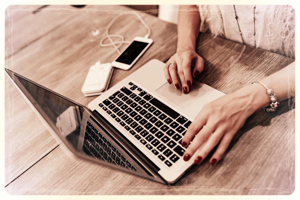 portfolio zdjecie kobiety pracującej przy klawiaturze komputera