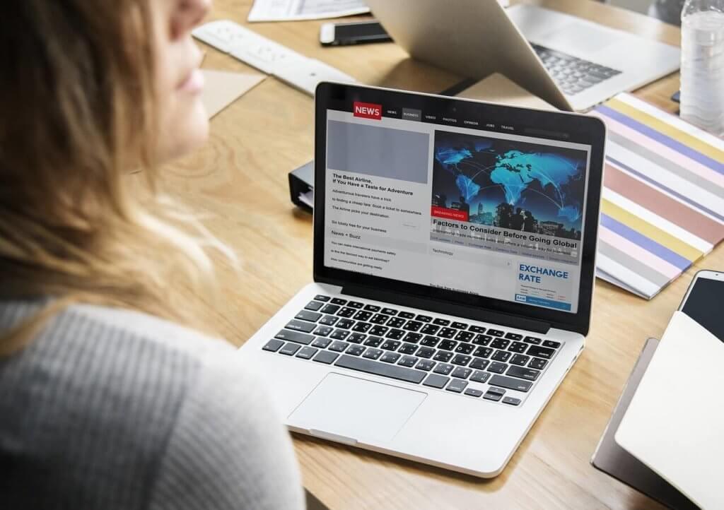 kobieta siedzi przed laptopem